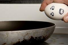 Brechen eines Eies Stockfoto