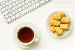 Brechen Sie für Tee- und Mandelkekse im Büro Lizenzfreie Stockfotografie