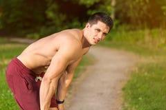 Brechen Sie während des laufenden rüttelnden Sports, der Eignungstraining ausbildet lizenzfreie stockfotos