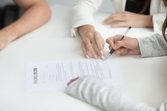 Brechen unterzeichnende Scheidungsverordnung der Frau nach oben Entscheidung lizenzfreie stockfotografie