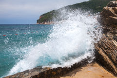Brechende Welle auf adriatischer Seeküste Stockfotografie