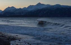 Brechende Welle auf alaskischem Strand stockfoto