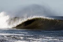 Brechende Welle, die Fass bildet lizenzfreies stockbild