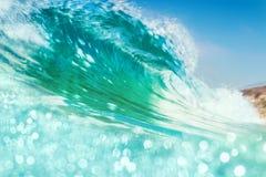 Brechende Welle mit Bokeh Lizenzfreies Stockfoto