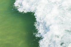 Brechende Welle mit Wildwasser Stockfotografie