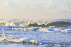 Brechende Welle am Strand stockbild