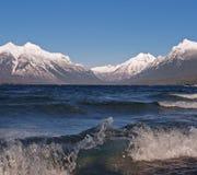 Brechende Welle und Berge Lizenzfreie Stockbilder