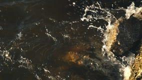 Brechende Wellen auf Felsen stock video footage