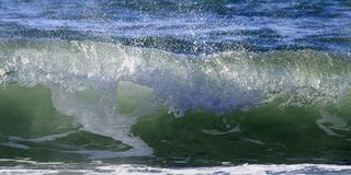 Brechende Wellen auf Mittelmeerufer stockfoto