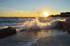 Brechende Wellen bei Sonnenuntergang Stockfotos