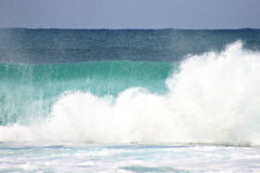 Brechende Wellen in Meer Stockbild