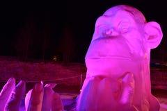 """Breckenridge Colorado, USA: Januari 28, 2018:  för """"Thinker†för silvervinnare†""""av Team China på nattskulptur Royaltyfri Foto"""