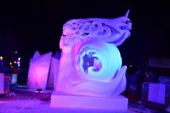 Breckenridge Colorado, USA: Januari 28, 2018: Hemlig snöskulptur för natt av Team Mongolia Fotografering för Bildbyråer