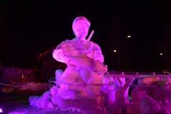Breckenridge, Kolorado, usa: Jan 28, 2018: Chwyta i uwolnienia nocy Śnieżna rzeźba Drużynowym Breckenridge 2018 Zdjęcia Stock