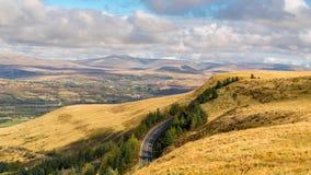 Brecon baliza la visión desde el A4061 cerca de Aberdare, Rhondda Cynon Taf, Mid Glamorgan, País de Gales, Reino Unido imagen de archivo