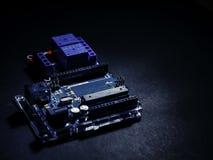 Bred beståndsdel för Arduino kontroll på den mörka bakgrunden arkivbilder