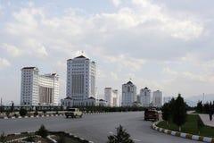 Bred boulevard med någon ny buildings1 arkivfoto