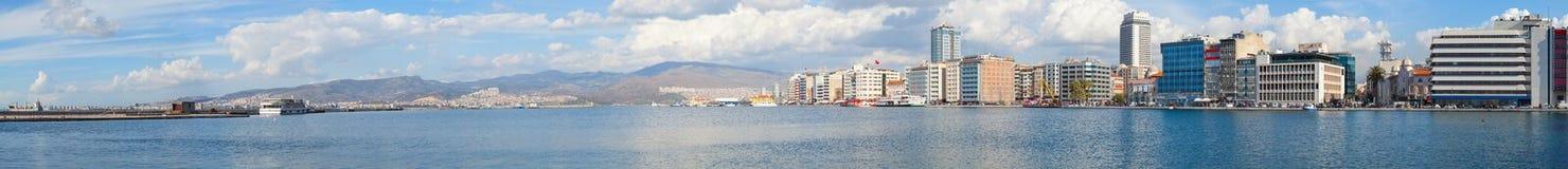 Bred cityscapepanorama av Izmir, Turkiet Arkivfoto