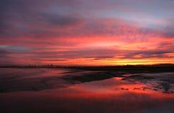 bred flodmynning över soluppgång Royaltyfria Bilder