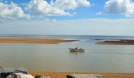 Bred flodmynning av floden Deben på den Felixstowe färjan Royaltyfria Foton
