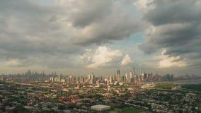 Bred flyg- sikt över Jersey City NJ med New York City som hägrar i bakgrunden lager videofilmer