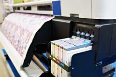 Bred formatskrivare för på tyg och papper arkivbilder