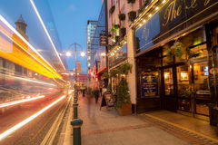 Bred gata Birmingham på skymning Royaltyfri Fotografi