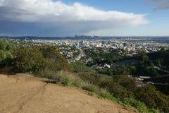 Bred högstämd sikt av Hollywood och i stadens centrum Los Angeles under dagen fotografering för bildbyråer