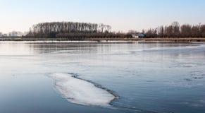 Bred isyttersida på en liten sjö Royaltyfri Fotografi