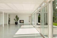 Bred korridor med fönster fotografering för bildbyråer