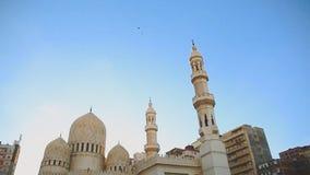 Bred lutande sköt ner av El Mursi Abu El Abbass Mosque, Alexandria, Egypten lager videofilmer