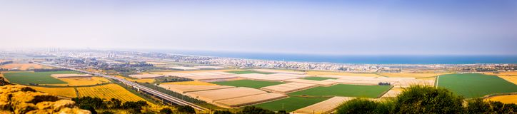 Bred medelhav för städer för panoramaIsrael shoreline Arkivbilder