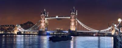 Bred nattpanorama av den London tornbron Royaltyfri Bild
