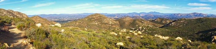 Bred panorama av San Diego County från Iron Mountain som fotvandrar slingan i Poway Kalifornien arkivfoton
