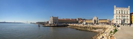 Bred panorama av Tagus River och Terreiro gör Paço, Lissabon Royaltyfria Bilder