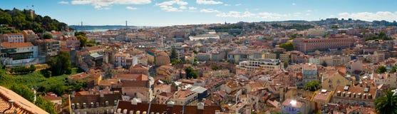 Bred panorama för Sao Jorge Castle och Baixa Royaltyfria Bilder