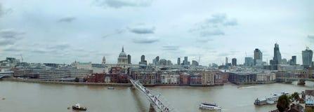 Bred panorama- flyg- sikt av staden av london med historiska gränsmärken och byggnad i affärsområdet med bron Arkivfoton