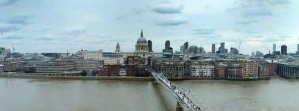 Bred panorama- flyg- sikt av staden av london med historiska gränsmärken och byggnad i affärsområdet med fot- bri Arkivbild