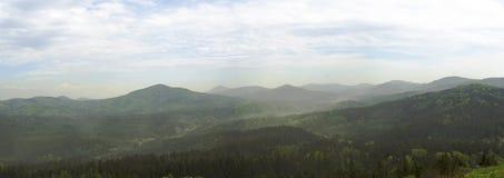 Bred panorama Luzicke för hory berg, horisontsikt från kullestrednivrch, grön skog och blå himmel Arkivfoto