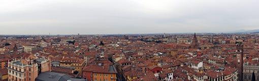 Bred panoramabild av staden av verona i Italien som visar berömd byggnad och historiska gränsmärken med byggnader Arkivbild