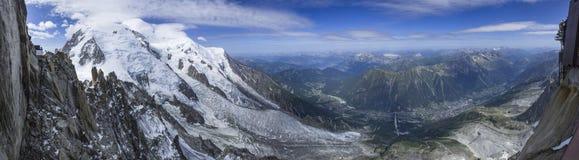 Bred panoramasikt från Aiguille du Midi Arkivbilder
