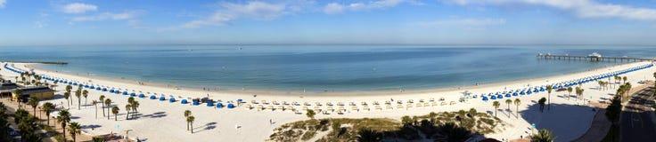 Bred panoramautsikt av den Clearwater strandsemesterorten i Florida Fotografering för Bildbyråer