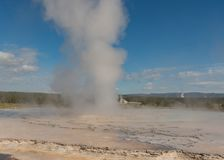 Bred sikt av ånga som stiger från geyseren royaltyfria bilder