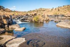 Bred sikt av Bourkes lyckagropar damm, Mpumalanga Royaltyfria Foton
