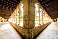 Bred sikt av den antika korridoren royaltyfri bild