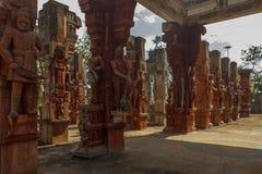 Bred sikt av förstörda skulpturer av en konung med svärdet, forntida kvinnahälsning, Chennai, Tamilnadu, Indien, Januari 29 2017 Arkivfoto