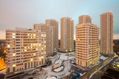 Bred sikt av flera bostads- byggnader för höghus Royaltyfri Bild