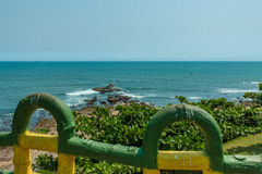 Bred sikt av kusten med trästaketet i förgrunden från synvinkeln, Kailashgiri, Visakhapatnam, Andhra Pradesh, mars 05 2017 Arkivfoto