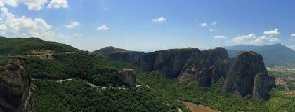 Bred sikt av Meteora, Grekland och den gamla kloster Arkivbild