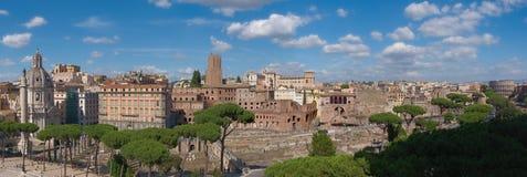 Bred sikt av staden av Rome, Italien, med Colosseumen och Mercatien di Traiano arkivfoton